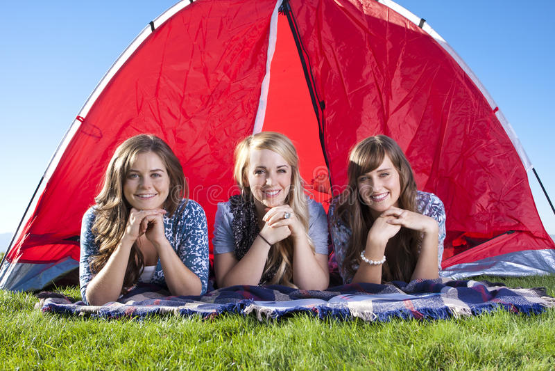 Tres amigos que acampan y que gozan al aire libre fotografía de archivo libre de regalías