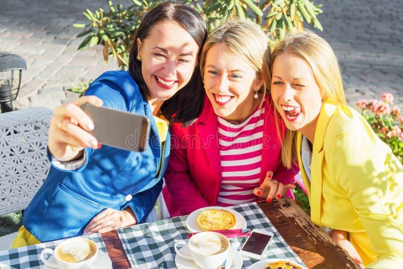 Tres amigos que toman una imagen de ellos mismos imagenes de archivo