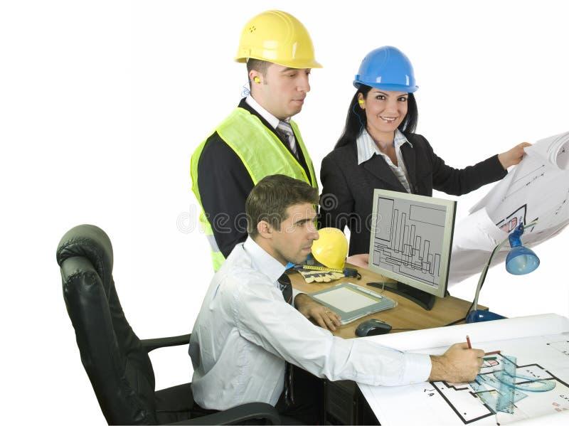 Tres arquitectos en la oficina