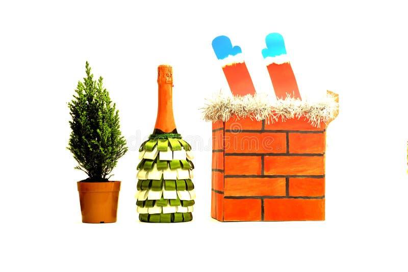 Tres artículos aislados en un fondo blanco: una botella de champán en cintas, un pequeño árbol de navidad vivo y un tubo del ladr imagenes de archivo