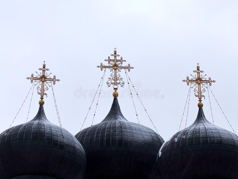 Tres bóvedas grandes encima de la iglesia cristiana en el fondo blanco fotografía de archivo