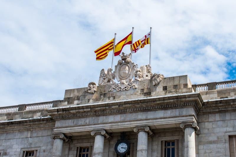 Tres banderas encima de un edificio en Barcelona foto de archivo libre de regalías