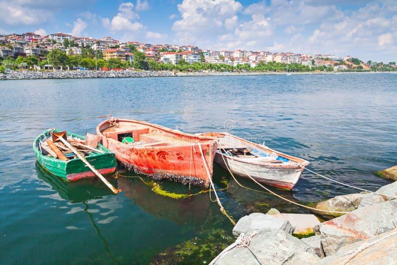 Tres barcos de pesca de madera viejos fotos de archivo