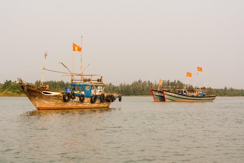 Tres barcos de pesca en el río de Thu Bon cerca de Hoi An, Vietnam fotos de archivo libres de regalías
