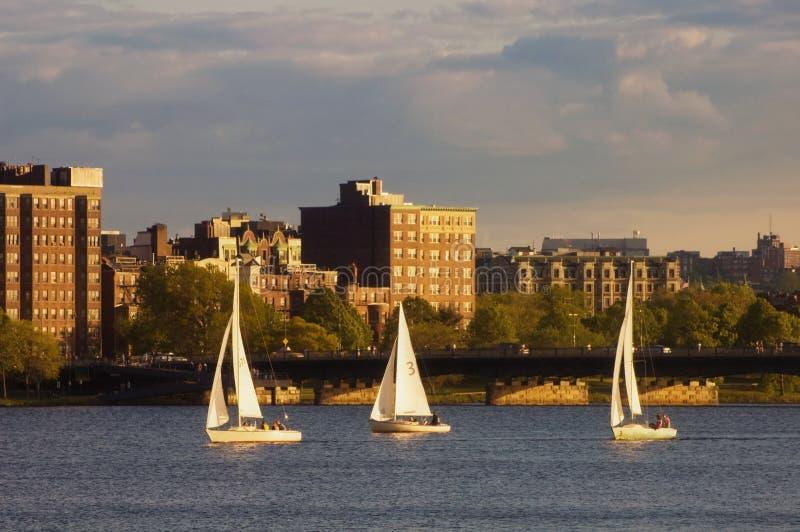Tres barcos de vela en el río de Charles imagen de archivo libre de regalías