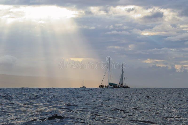 Tres barcos del reloj de la ballena cerca de Lahaina en Maui fotos de archivo