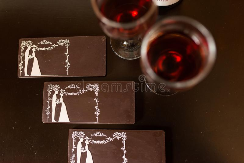 Tres barras de chocolate con la imagen de la novia y del novio Caramelo de chocolate, tejas imagen de archivo