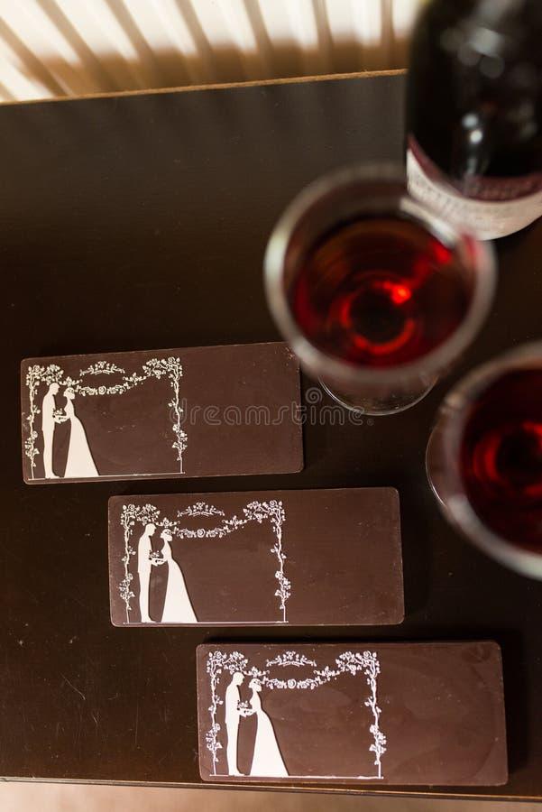 Tres barras de chocolate con la imagen de la novia y del novio Caramelo de chocolate, tejas fotos de archivo