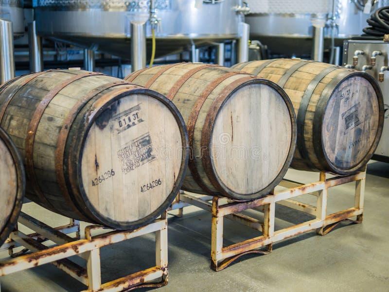 Tres barriles de madera de la sidra en un almacén en Corvallis, Oregon fotografía de archivo