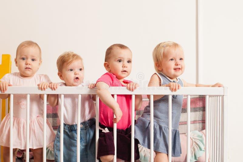 Tres bebés en el pesebre foto de archivo