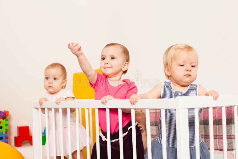 Tres bebés en el pesebre fotos de archivo