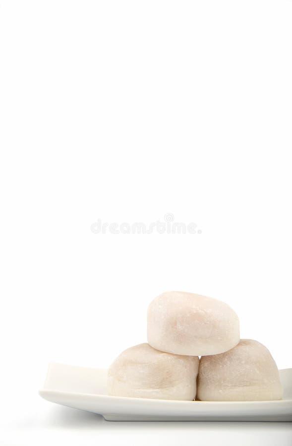 Tres blanco Mochi en el fondo blanco en vertical fotos de archivo