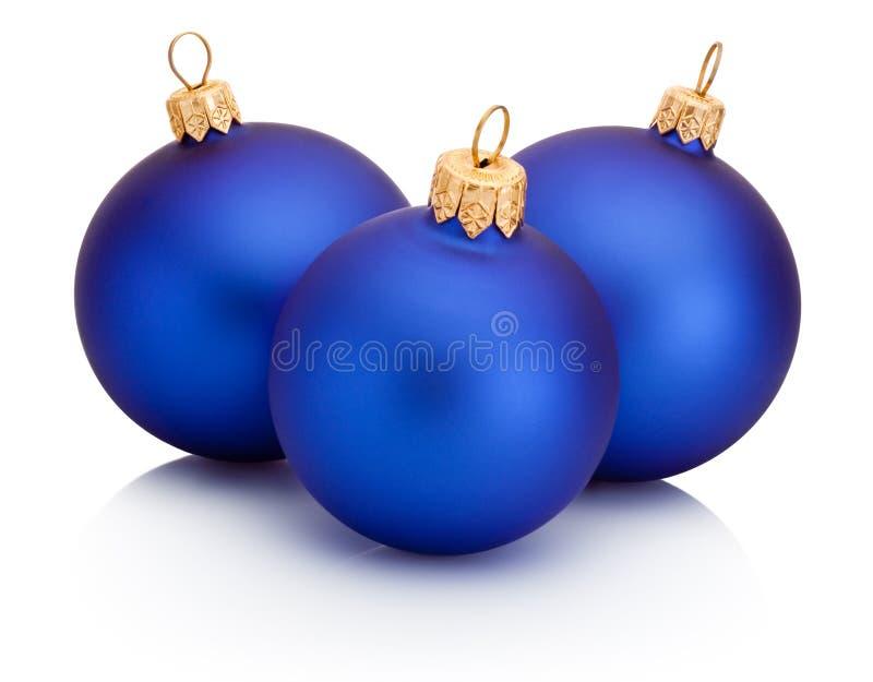 Tres bolas azules de la Navidad aisladas en el fondo blanco fotografía de archivo libre de regalías