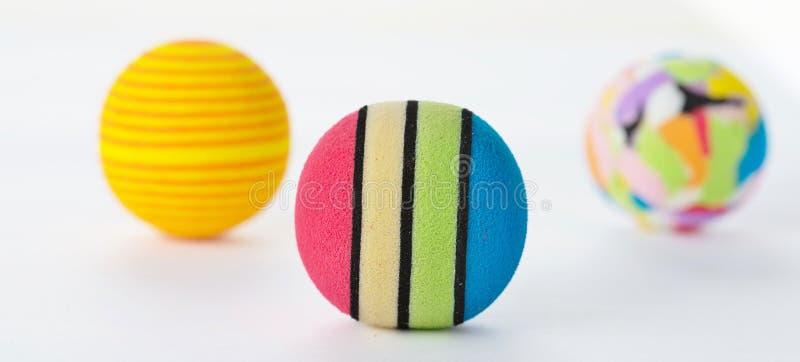 Download Tres Bolas Brillantemente Coloreadas De La Espuma Aisladas Imagen de archivo - Imagen de rayado, colorido: 42432415