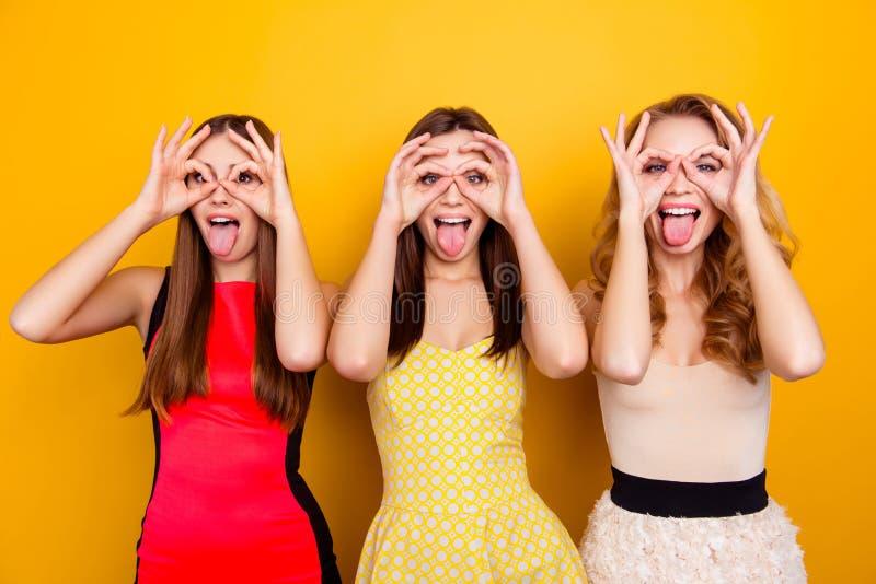 Tres bonitos, encantando, muchachas atractivas, agradables, de moda, locas sh imagen de archivo