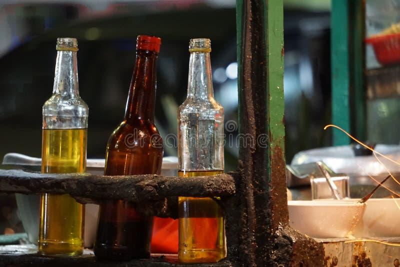 Tres botellas de aceite de cocina fotos de archivo