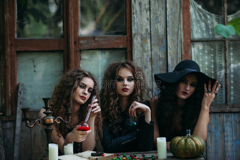 Tres brujas del vintage realizan ritual mágico foto de archivo libre de regalías