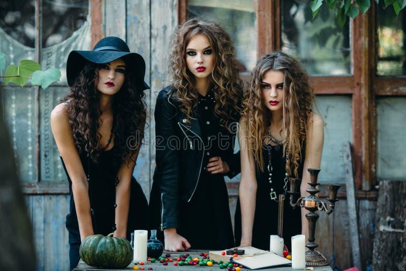 Tres brujas en la tabla fotos de archivo