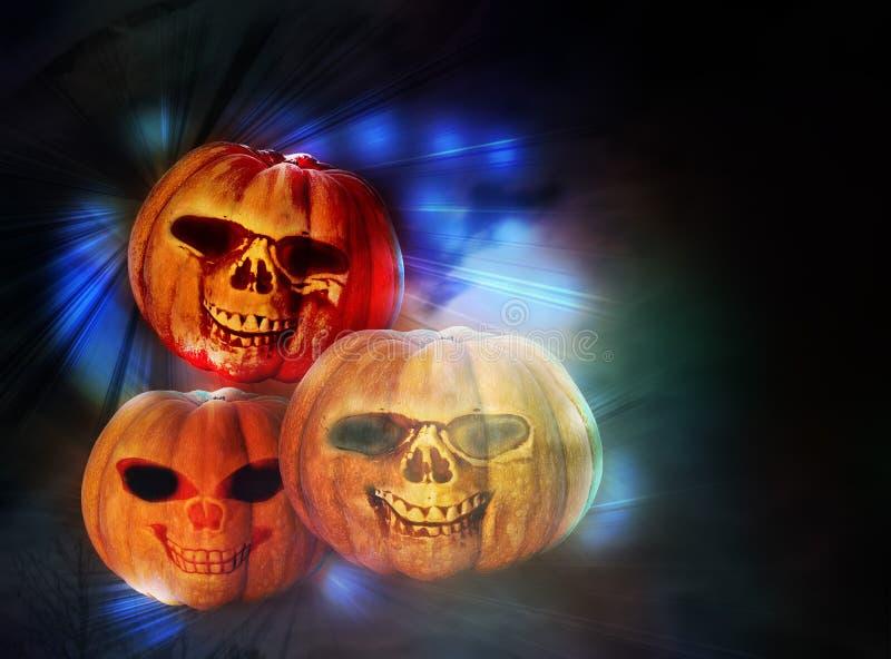 Tres calabazas divertidas de Halloween en los rayos de la iluminación festiva foto de archivo