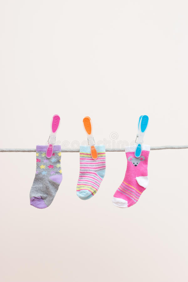Tres calcetines de los bebés en línea que se lava foto de archivo libre de regalías