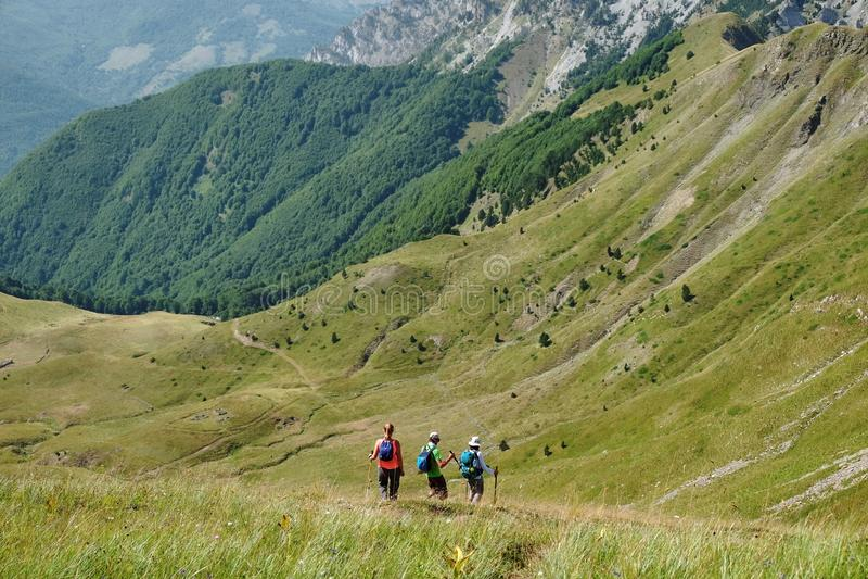 Tres caminantes entre las montañas de Montenegro foto de archivo