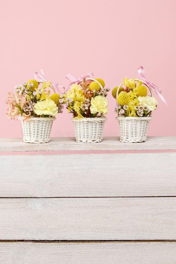 Tres cestas minúsculas con las flores foto de archivo libre de regalías