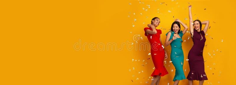 Tres Chicas Felices Con Vestidos Divirtiéndose Con Confetti, Estudio fotografía de archivo libre de regalías