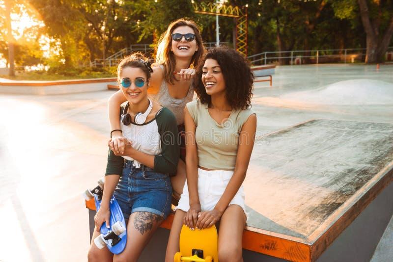 Tres chicas jóvenes bonitas alegres que se divierten imagenes de archivo