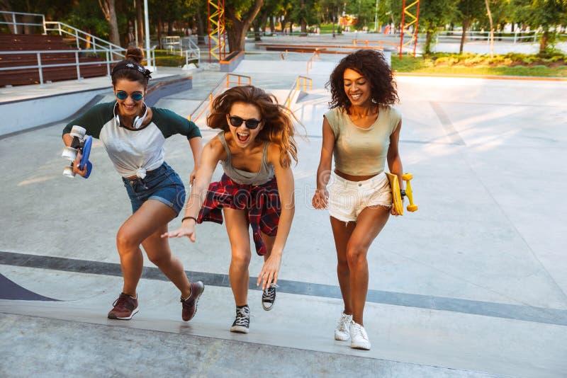 Tres chicas jóvenes emocionadas foto de archivo libre de regalías