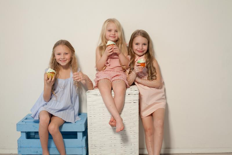 Tres chicas jóvenes hermosas y piruletas dulces del caramelo fotos de archivo