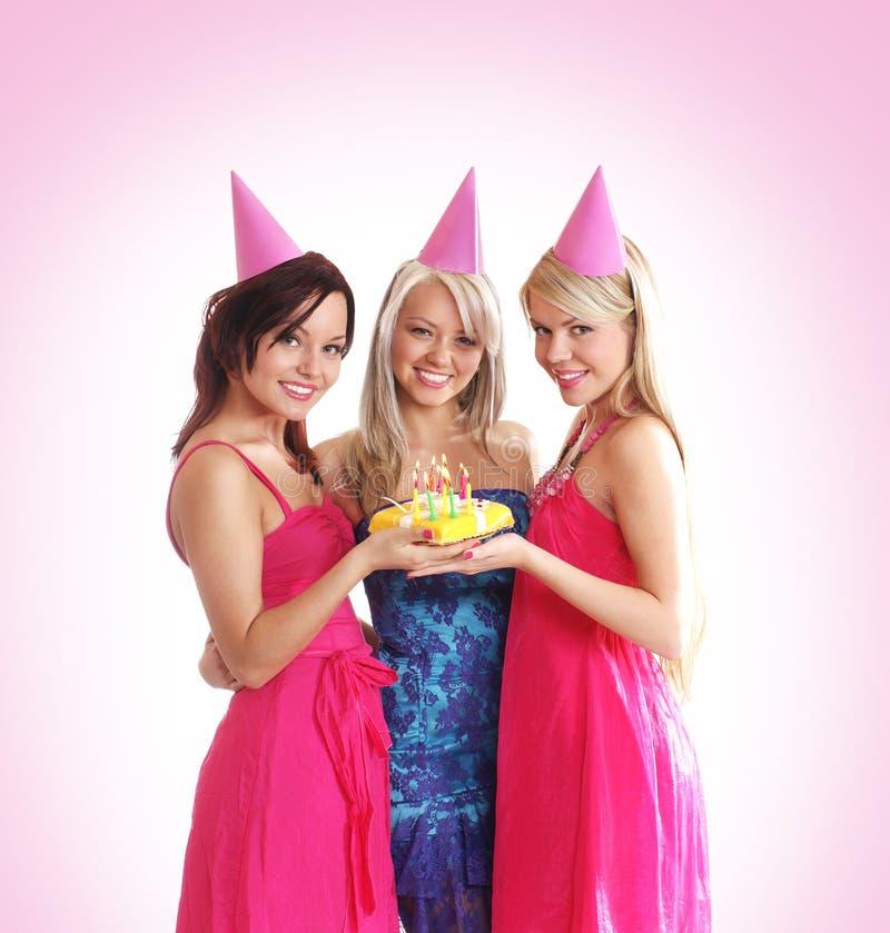 Tres chicas jóvenes son celebran una fiesta de cumpleaños imagen de archivo libre de regalías