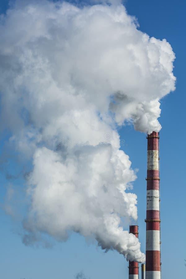 Contaminación de las chimeneas de la fábrica que fuma imágenes de archivo libres de regalías