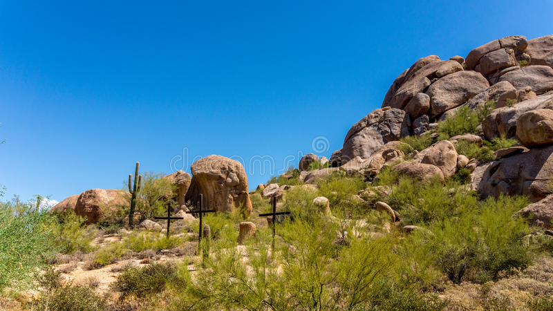 Tres cruces en una ladera en el desierto de Arizona imágenes de archivo libres de regalías