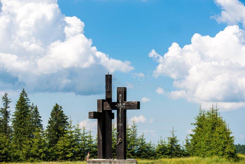 Tres cruces negras en el borde de la carretera con el nombre visible del obispo católico anterior de Marton Aron de Transilvania imagenes de archivo