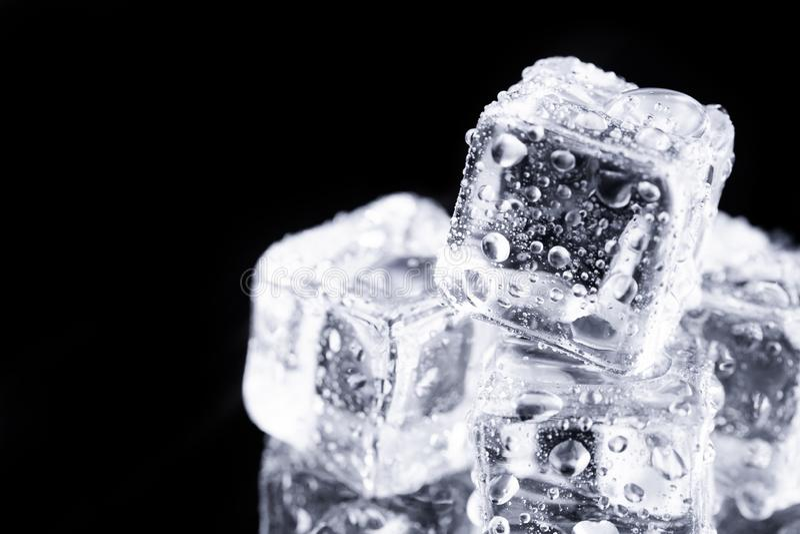 Tres cubos de hielo en fondo negro fotos de archivo libres de regalías