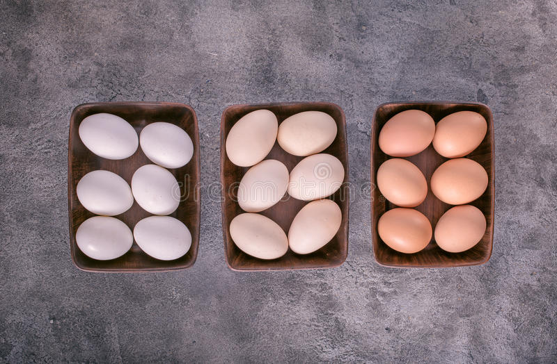 Tres cuencos con los huevos arriba imagenes de archivo