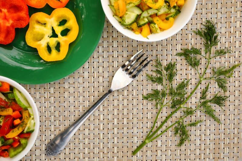 Tres cuencos de ensaladas vegetales y de una bifurcación imagen de archivo