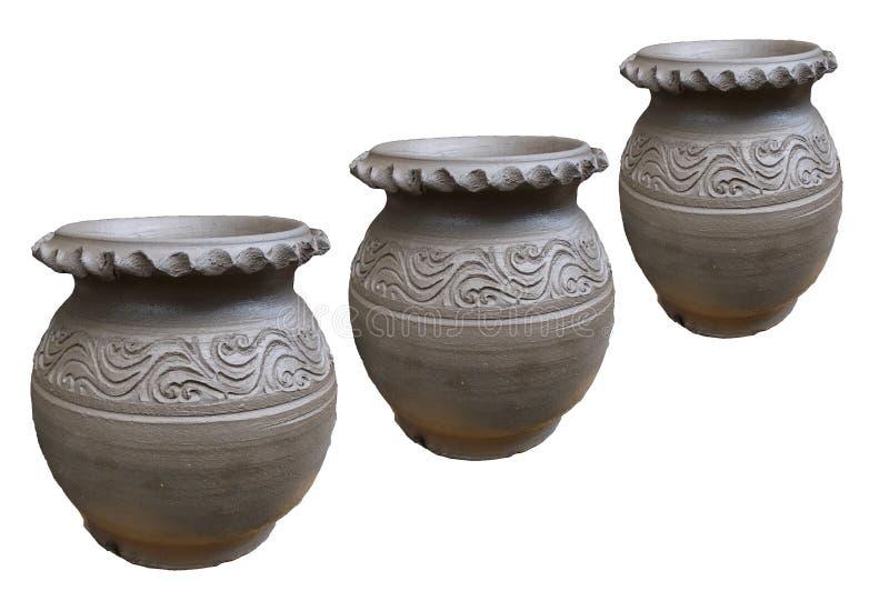 Tres de potes de arcilla crudos aislados en los fondos blancos fotos de archivo libres de regalías