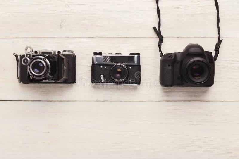 Tres diversas cámaras en la tabla blanca imagen de archivo libre de regalías