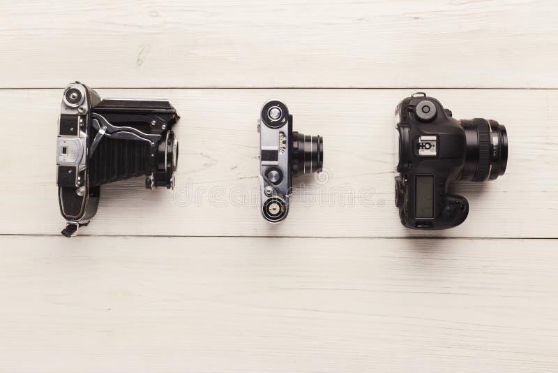 Tres diversas cámaras en la tabla blanca fotos de archivo libres de regalías