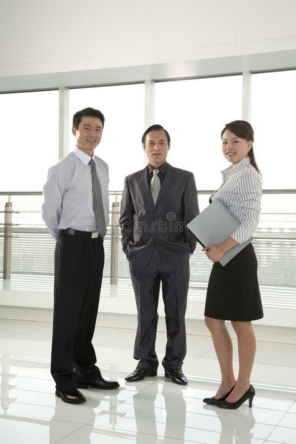 Tres empresarios que miran la cámara fotos de archivo