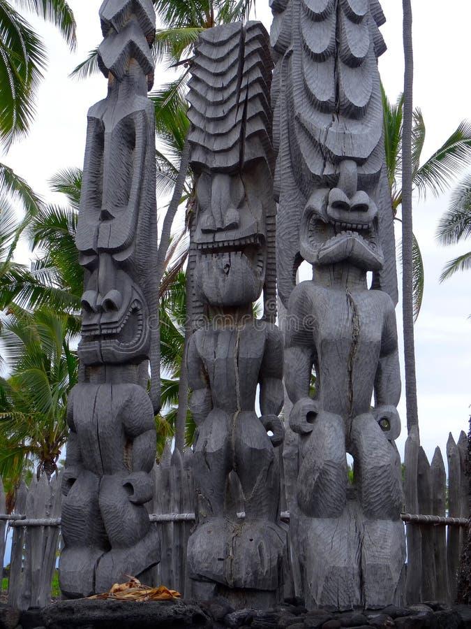 Tres esculturas de madera grandes de Tiki en parque nacional del uhonua o Honaunau de la PU ', isla grande, Hawaii fotos de archivo