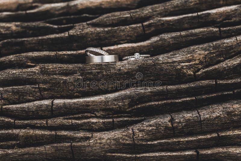 Tres fondos de madera de los anillos de la boda y de la oferta imagen de archivo