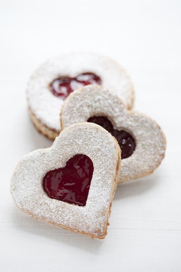 Tres galletas del linzer con dimensión de una variable del corazón imagen de archivo libre de regalías