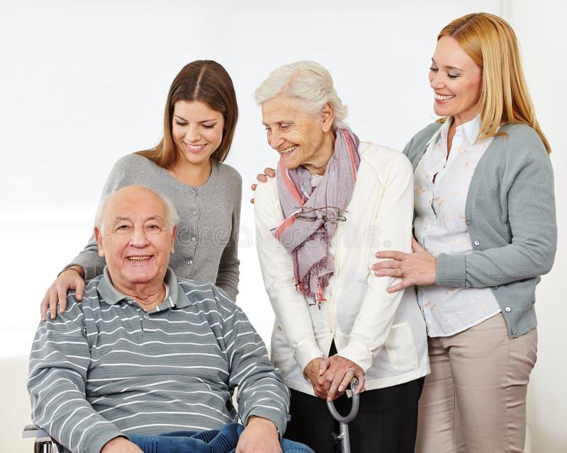 Tres generaciones con el mayor feliz imagen de archivo