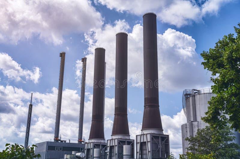 Tres grandes chimeneas de una central eléctrica foto de archivo libre de regalías
