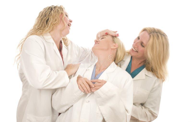 Tres hembras médicas de las enfermeras con la expresión feliz fotos de archivo libres de regalías