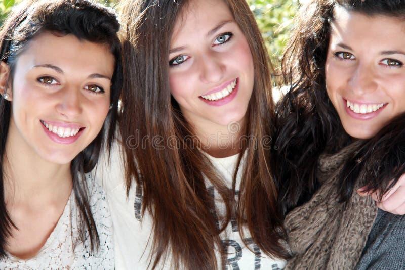 Tres hermanas sonrientes imagenes de archivo