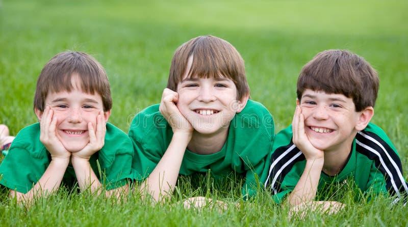 Tres hermanos en verde foto de archivo