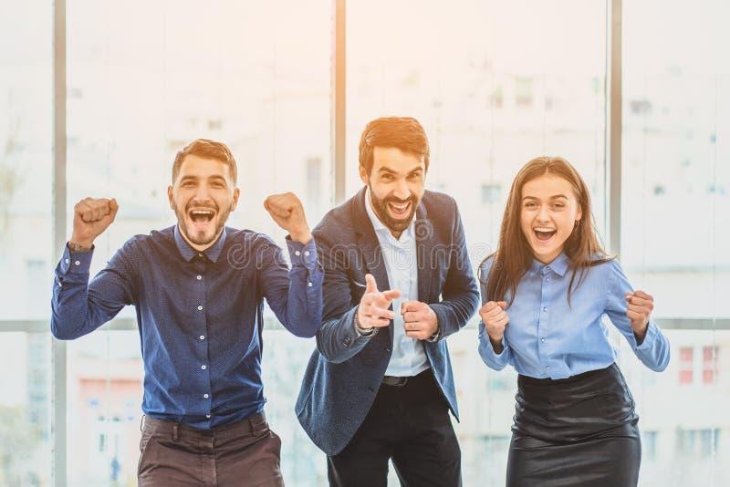 Tres hombres de negocios jovenes que ganan la oferta son felices Durante este tiempo foto de archivo libre de regalías